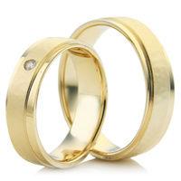 Wedding Ring Set with Decorative Strip